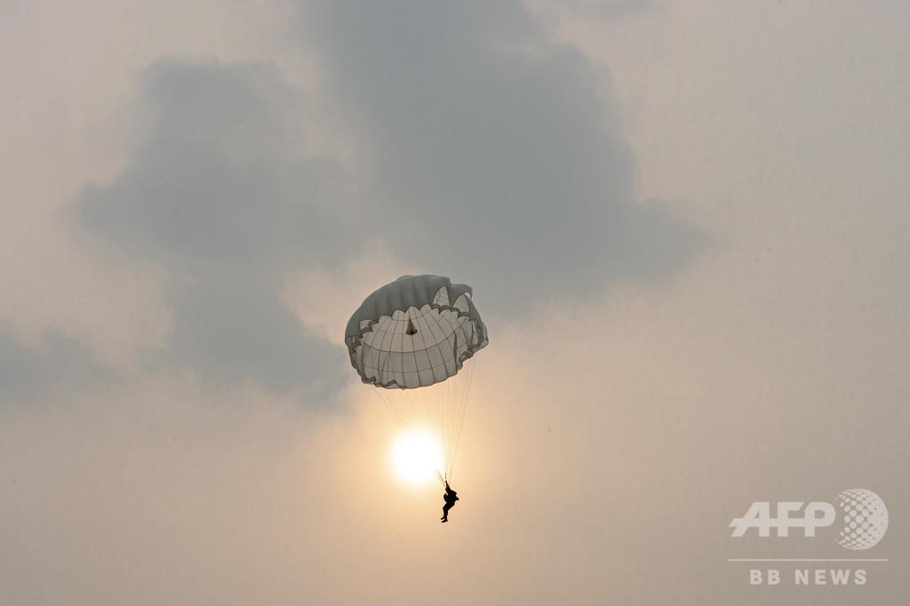 「いつ、いかなる場所でも作戦を遂行」 チベット軍区で低高度パラシュート訓練