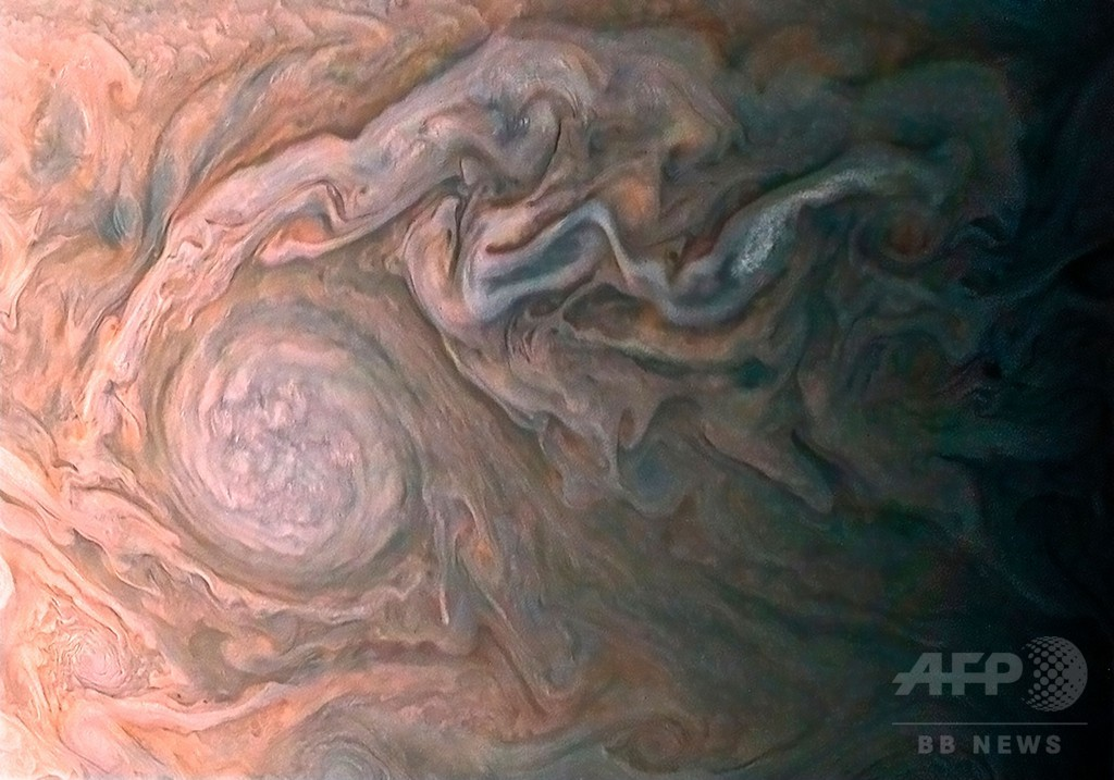 木星の嵐や雲鮮明に、無人探査機「ジュノー」撮影