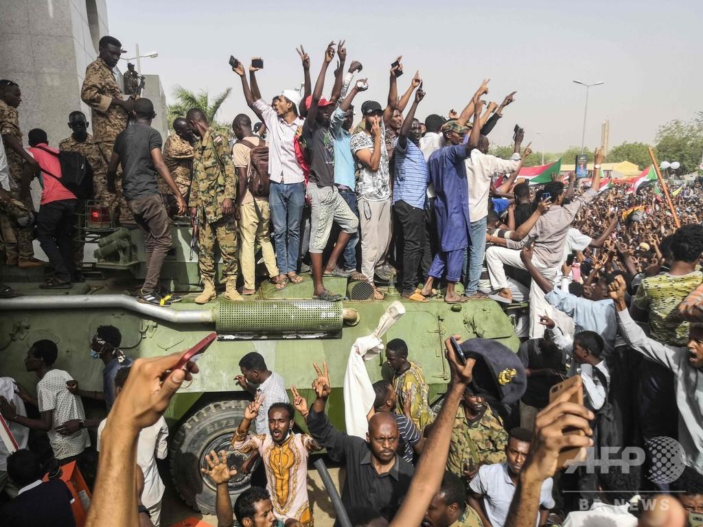 スーダンのデモ隊、軍による政権移行を拒否 抗議継続を宣言