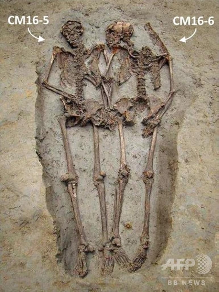 古代ローマの「恋人たち」 実は男性同士 手をつなぎ埋葬