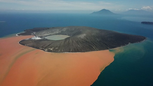 動画:インドネシアの津波引き起こした火山島、現在の姿
