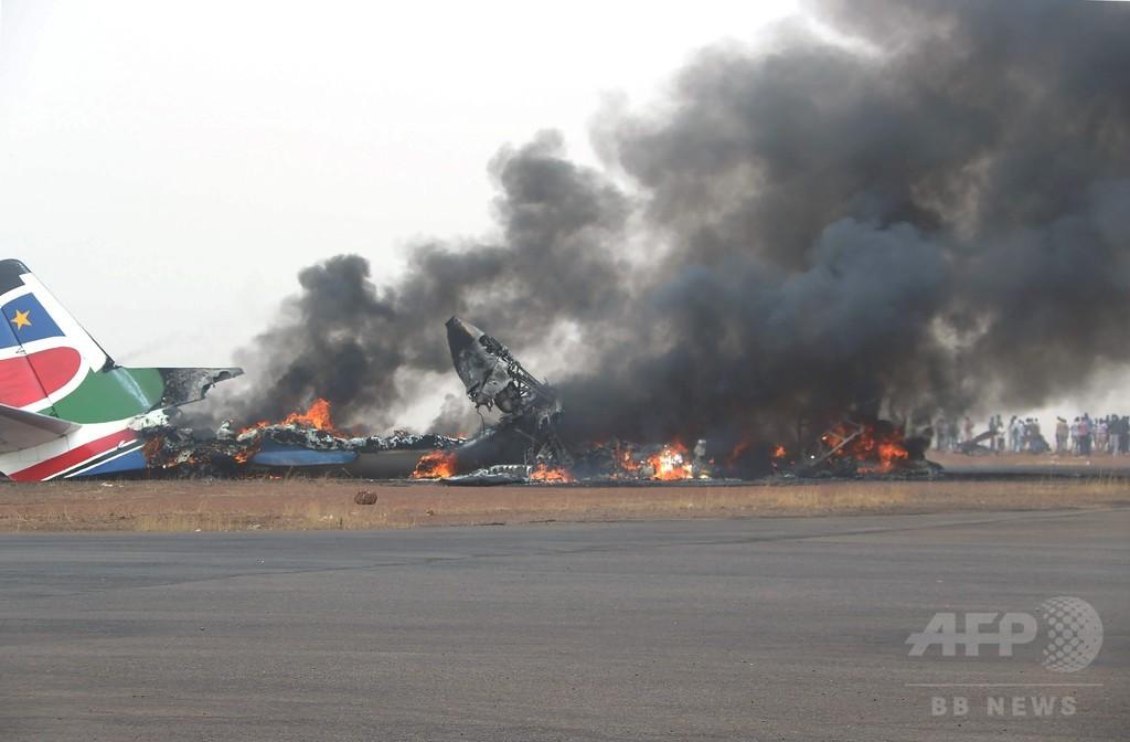 南スーダンで旅客機が着陸に失敗、37人負傷 機体炎上