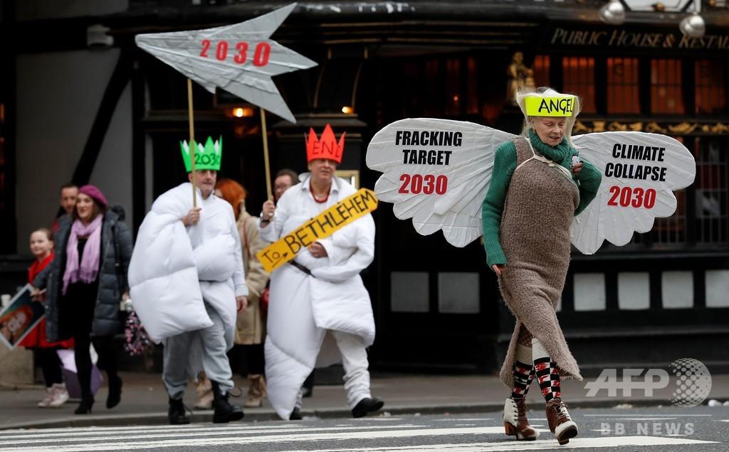 V・ウエストウッド、天使姿でシェールガス開発に抗議 英
