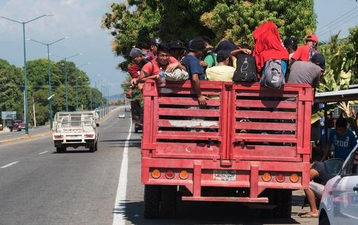 移民乗せたトラックが横転、25人死亡 メキシコ南部