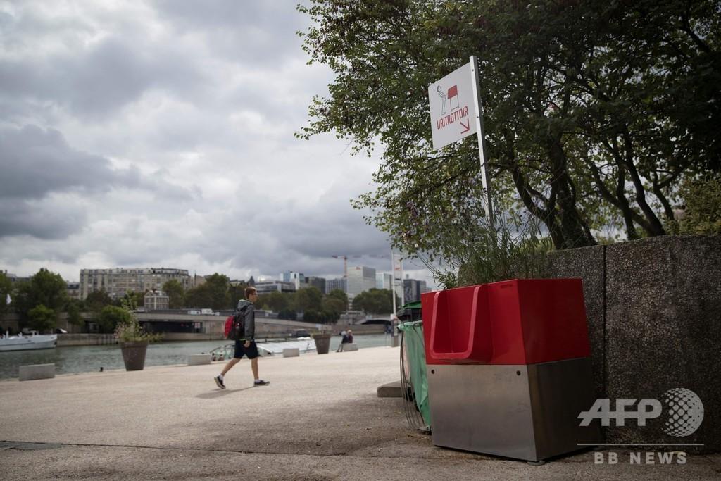 仏パリのエコな男性用公衆小便器、高級住宅地では不評