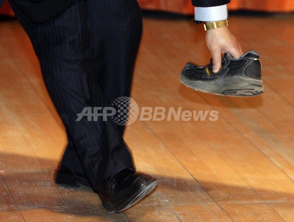 中国の温首相、英ケンブリッジ大で講演中に靴を投げられる
