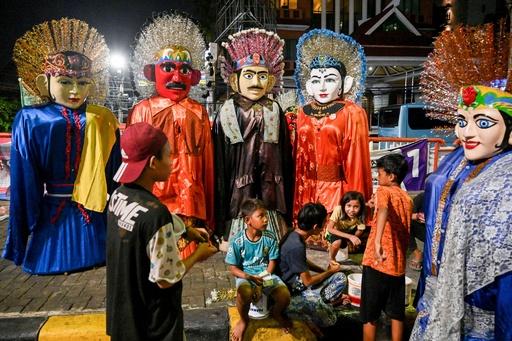 ジャカルタ名物、巨大な張り子人形をかぶって奮闘する子どもたち