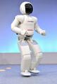 走る、跳ねる、お茶も注ぐ!新型「ASIMO」