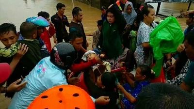 動画:インドネシア洪水被害、死者30人に 現地の映像