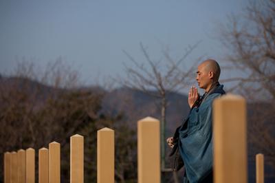 被災地で祈りを捧げる僧侶たち