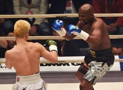 メイウェザーが圧倒、2分で那須川にTKO勝利