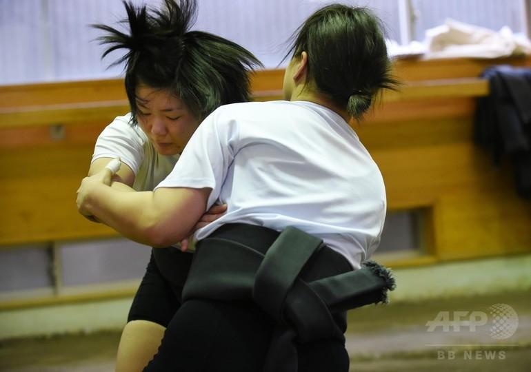 アマチュア相撲で男子を相手に奮...