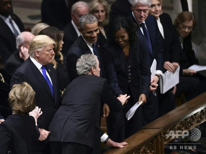 ブッシュ氏、父の葬儀でミシェル夫人にあめ玉? 「甘い」交流再び
