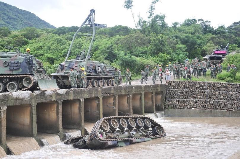 戦車が川に転落、兵士3人死亡 台湾