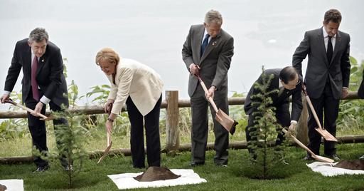 洞爺湖サミット、G8首脳が記念植樹