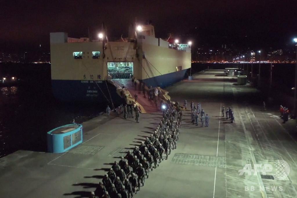 新たな中国軍部隊、交代のため香港入境 当局は今週末のデモ不許可に