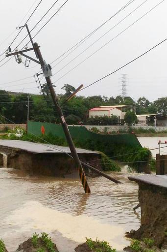 台湾で「極めて異例」の豪雨、6人死亡 数千人が避難