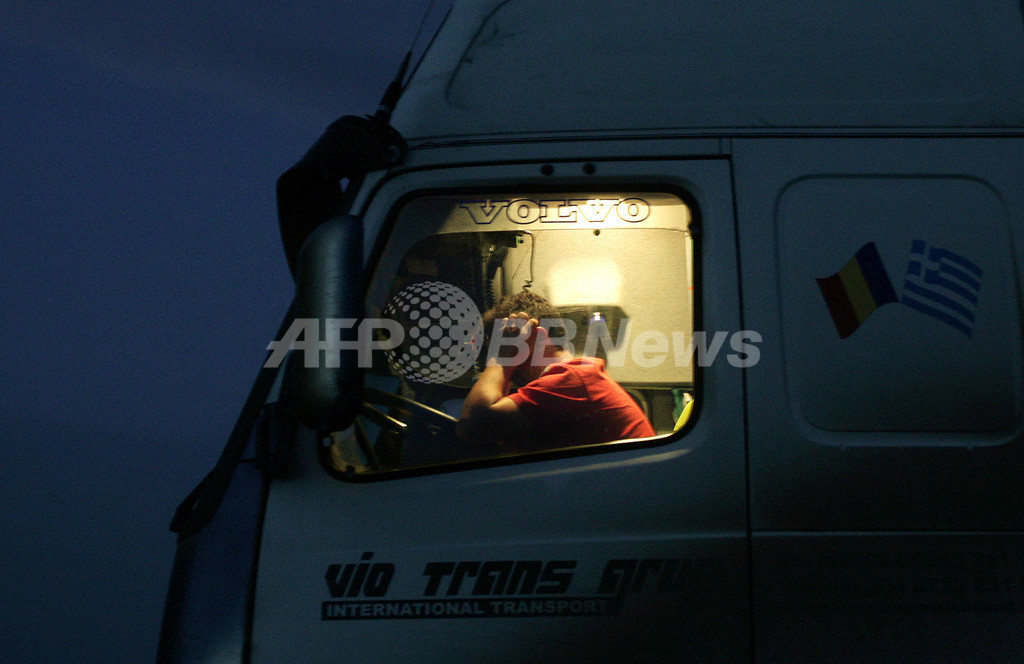 電子チケットCM 、トラック運転手と同性愛者団体から集中砲火