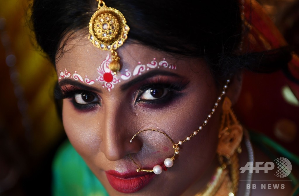 印トランスジェンダーカップルが挙式、西ベンガル州で初か