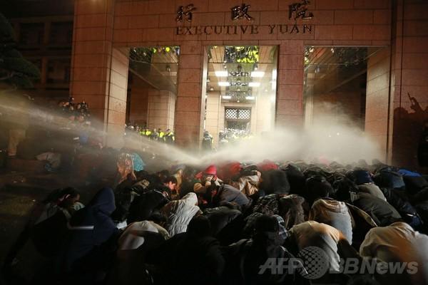 内閣占拠のデモ隊を放水で排除、台湾警察