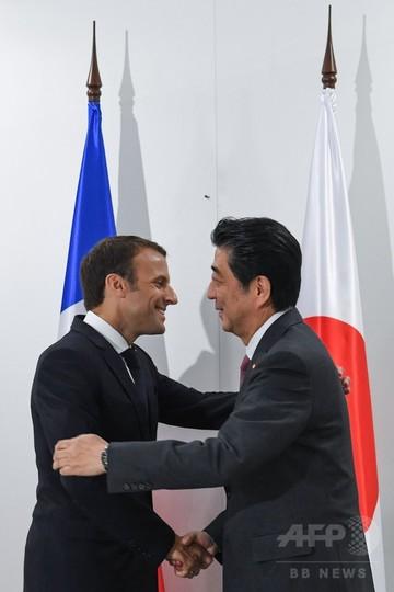 安倍首相、マクロン仏大統領と会談 訪問先のロシアで