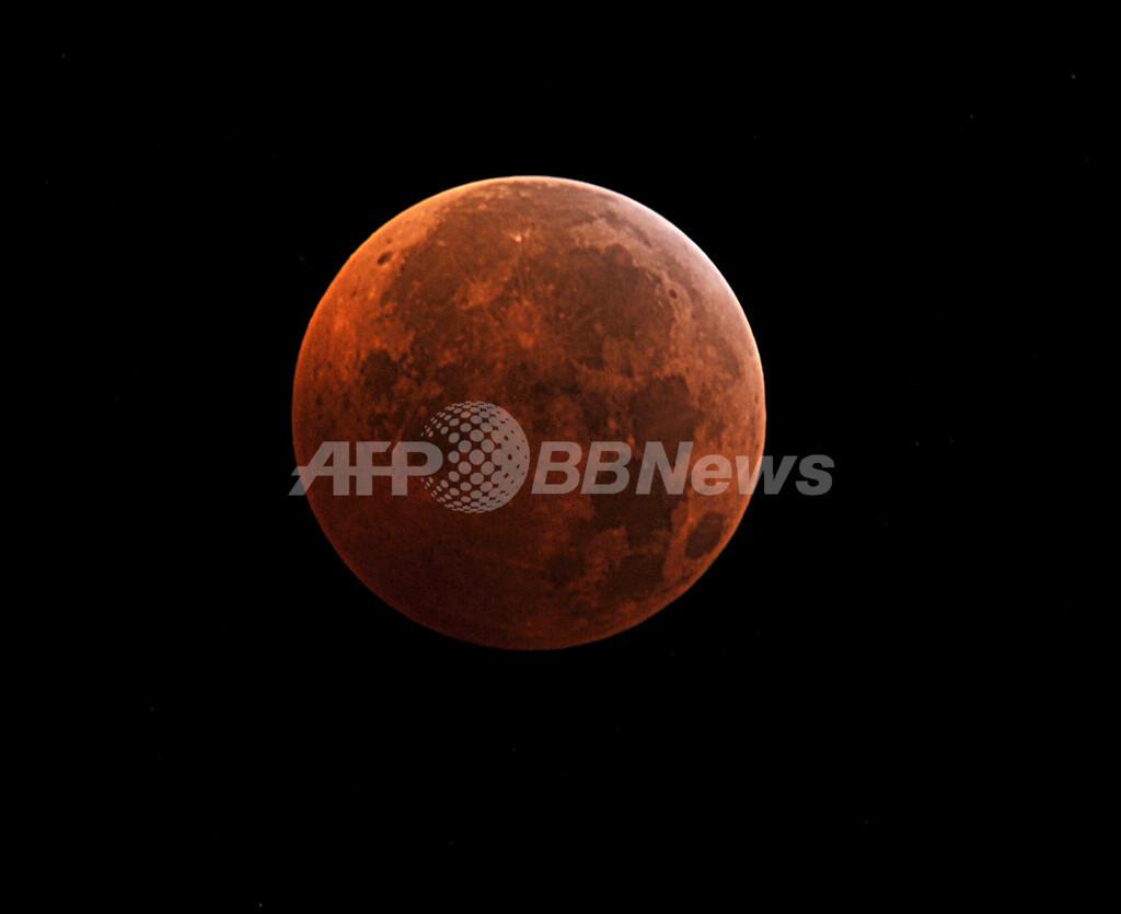 【写真特集】皆既月食、世界各地で赤い月