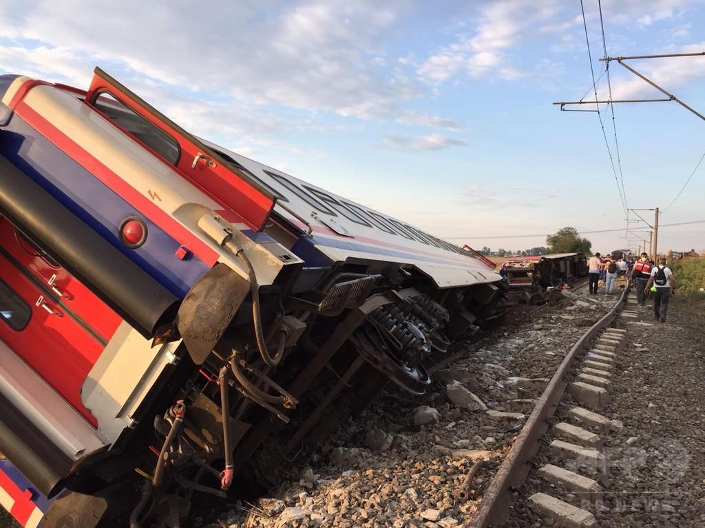 トルコで列車脱線、24人死亡 雨で線路下の土流出か