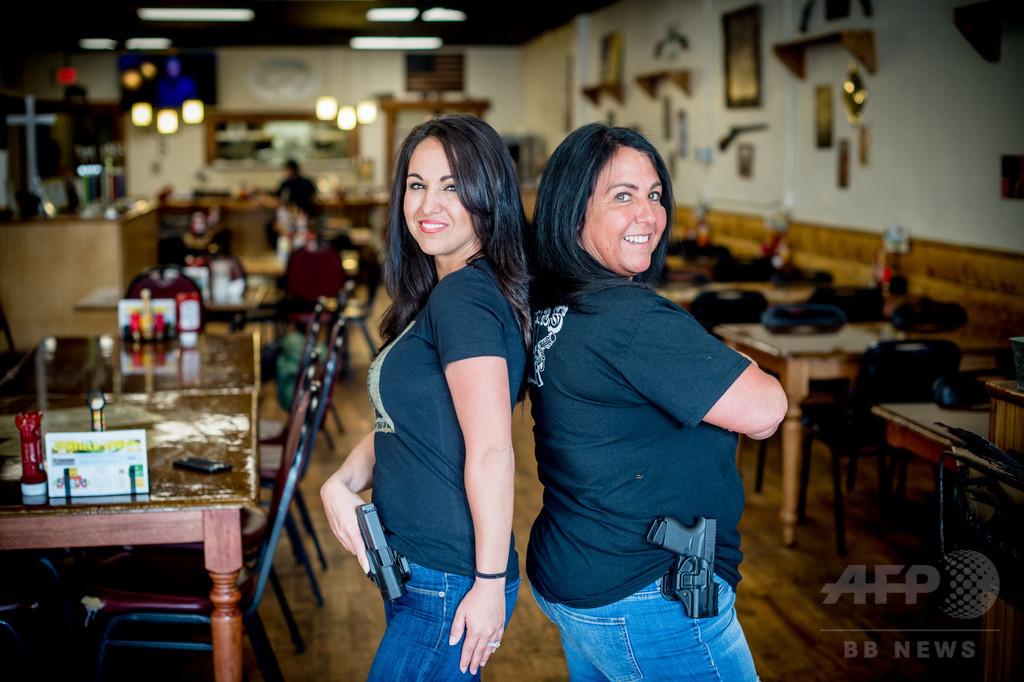 客もウエートレスも銃携帯のハンバーガー店、町の名前は「ライフル」