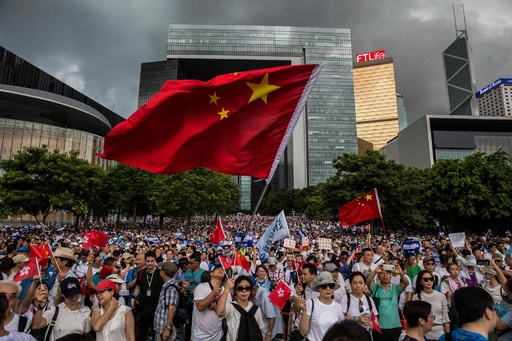 香港で警察支持の集会、数千人が参加 政治的な亀裂浮き彫りに