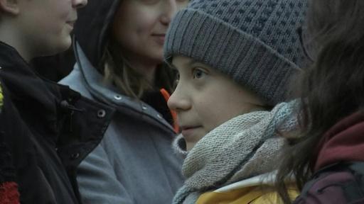 動画:グレタさん、大西洋往復の旅終えてスウェーデンに帰国 議会前でデモ