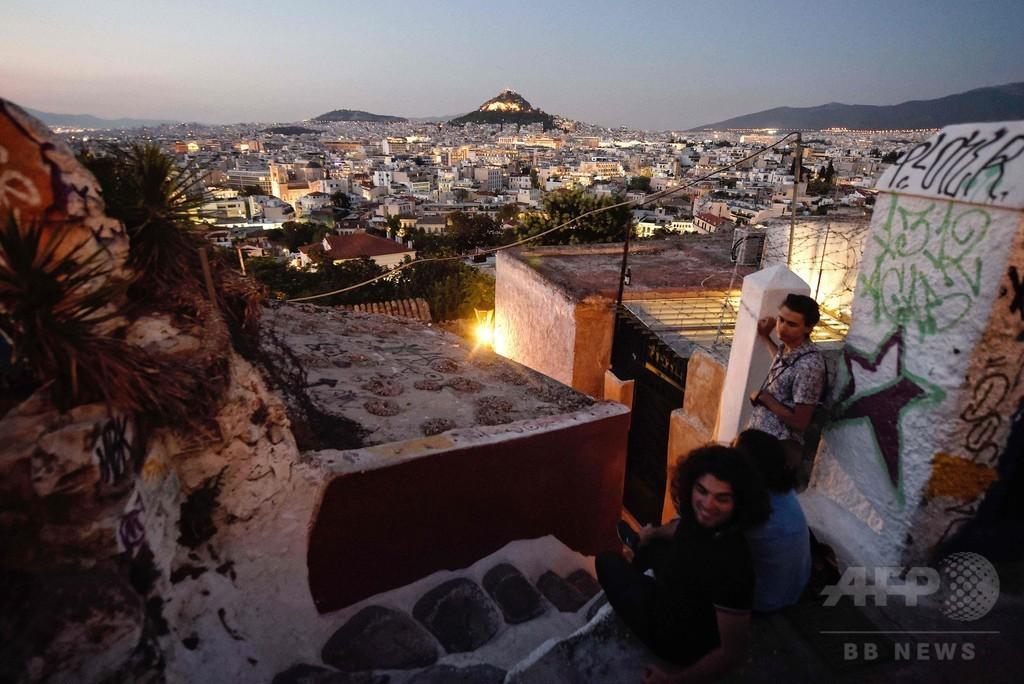 アクロポリス麓にたたずむ「エーゲ海の島」、狭い路地にしっくいの家々