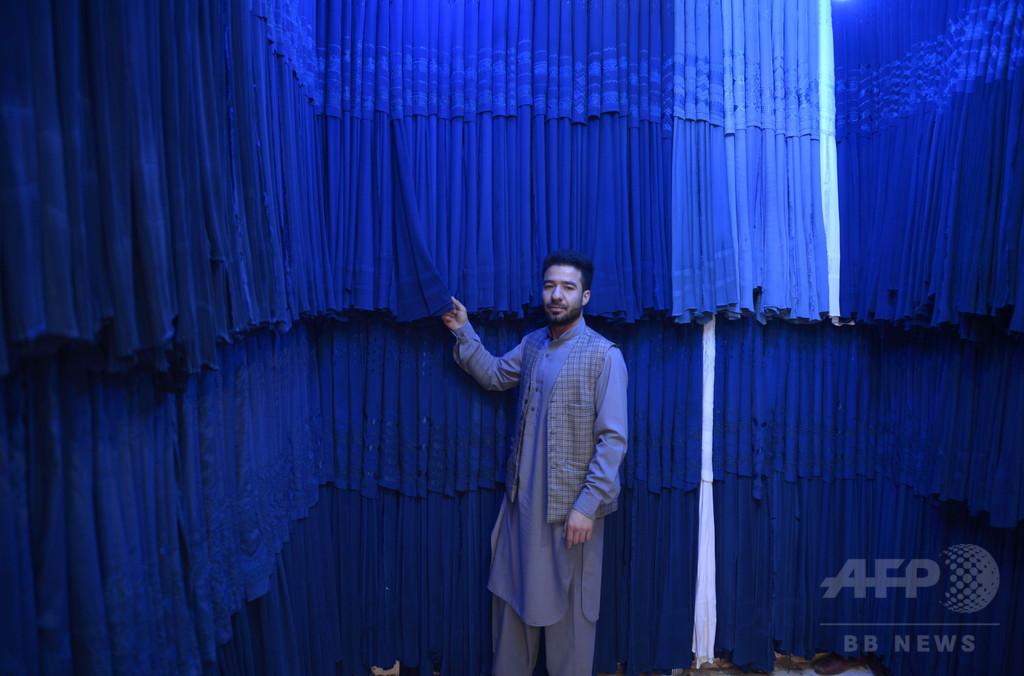 アフガニスタンに溢れる中国製ブルカ、伝統技術の継承には課題が山積
