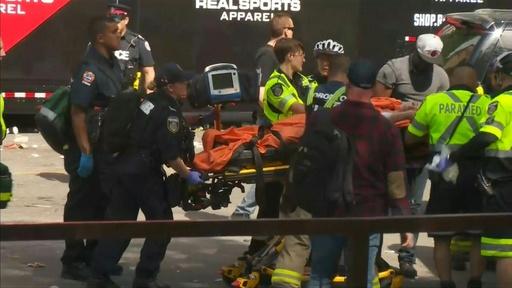 動画:ラプターズのNBA優勝パレードで発砲、2人重傷 カナダ 事件発生時の映像