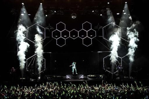 初音ミク、仏パリでコンサート 会場にはコスプレ姿のファン
