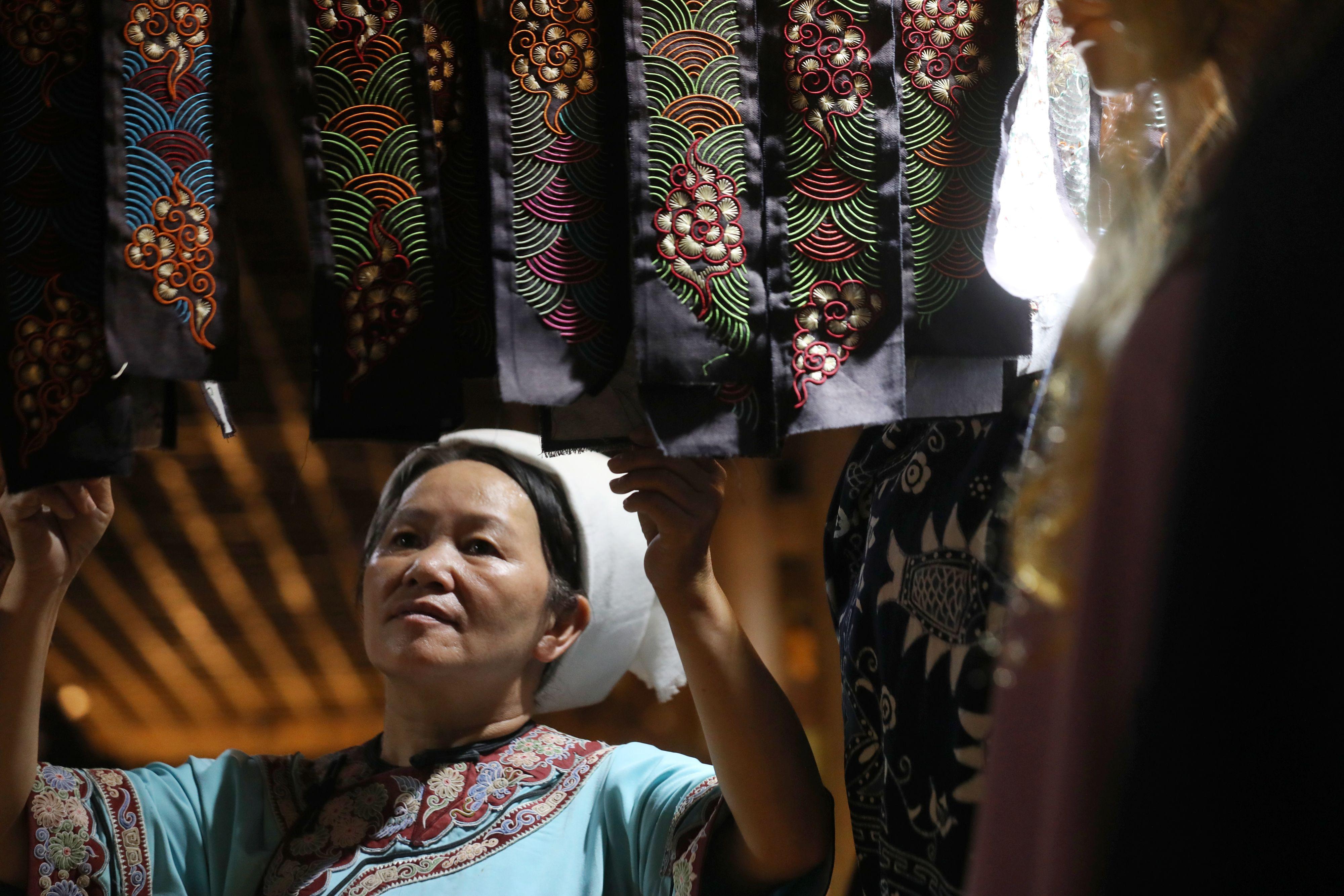 針の先の「生きた化石」 シュイ族で受け継がれる馬尾繡
