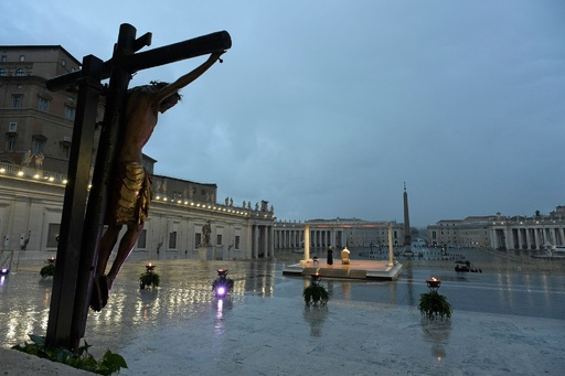 教皇、無人のサンピエトロ広場で異例の祝福とメッセージ