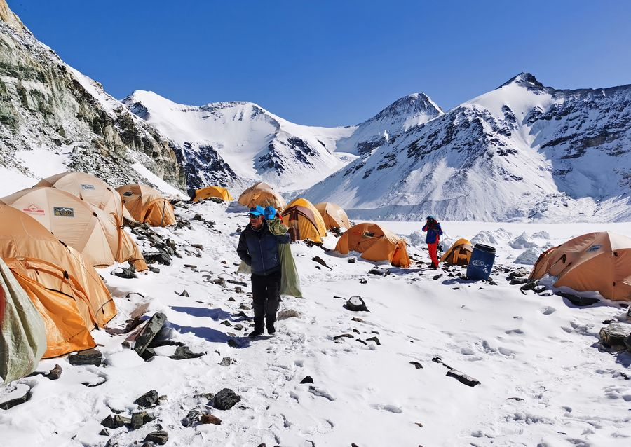 雪崩の恐れで、チョモランマ登頂を延期 中国の測量チーム