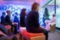 精神の安らぎ求め瞑想にいそしむ、世界経済フォーラムの参加者たち