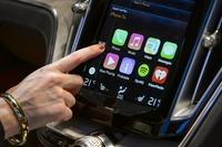米アップル、iPhone利用した車載システムを発表