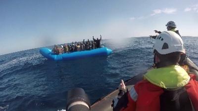 動画:地中海に移民47人、救助の映像 独NGO
