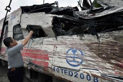 蔡総統、列車脱線の原因究明を指示、現場を視察