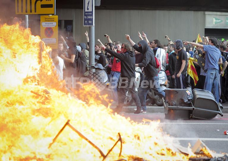 スペイン、政権交代後初のゼネスト バルセロナでは一部暴徒化
