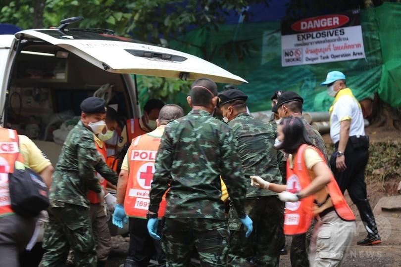 タイ洞窟から少年4人「無事」救出、病院へ急送