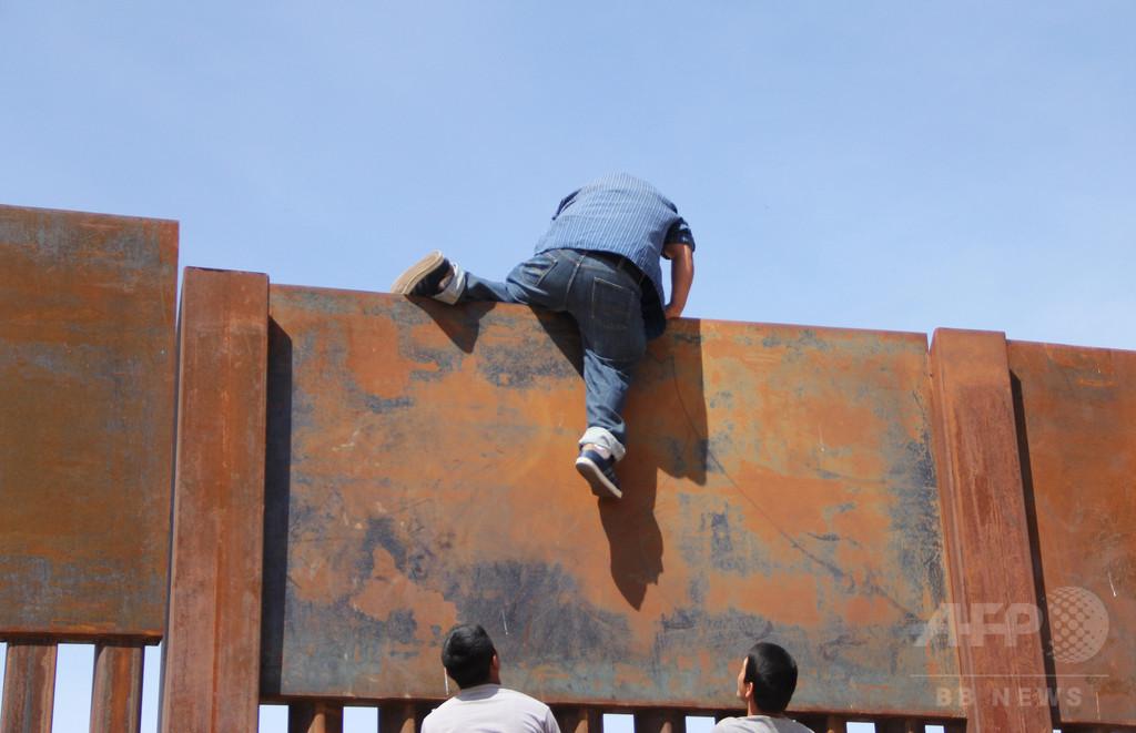 メキシコから米国へ、国境の壁を2分足らずで突破