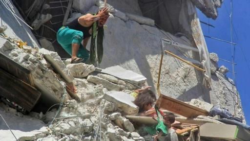 動画:がれきに埋もれ妹をつかむ少女 シリア空爆の写真が話題
