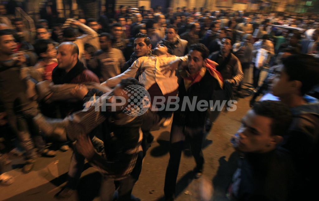 カイロでデモ隊と警官隊が衝突、負傷者多数 サポーターの姿も