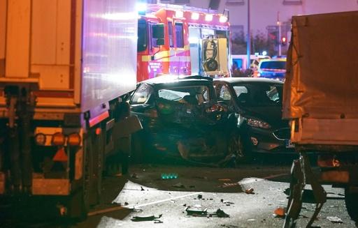 男がトラック盗み、信号待ちの車列に突入 17人負傷 ドイツ