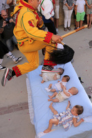 赤ちゃんの上をジャンプ! スペインの伝統行事「エル・コラチョ」
