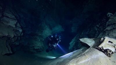 動画:欧州古都で洞窟潜水、ダイバーらの注目の的 ハンガリー