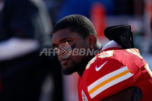 現役NFL選手、交際女性射殺後にスタジアムで自殺